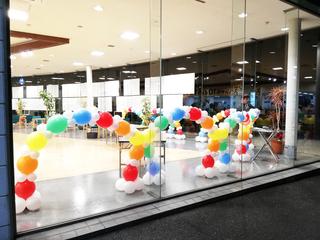 トヨペット甘木店様に虹のバルーンアーチ♪|カーディーラーでのバルーンデコレーション